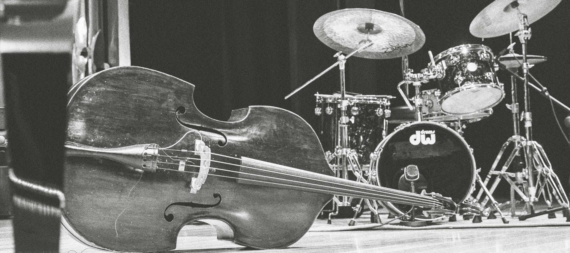 Trommer, piano og kontrabass