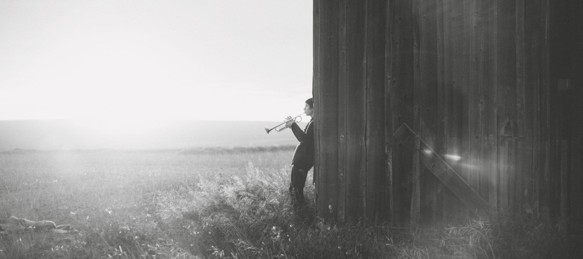 mann spiller trompet